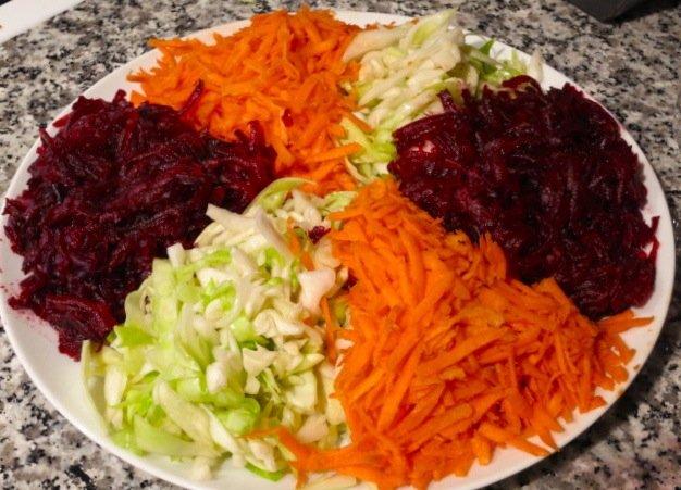салат из свежей свеклы капусты и моркови