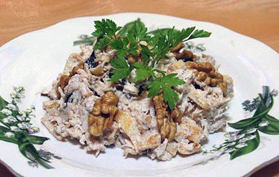 Салат с говядиной огурцом и грецким орехом
